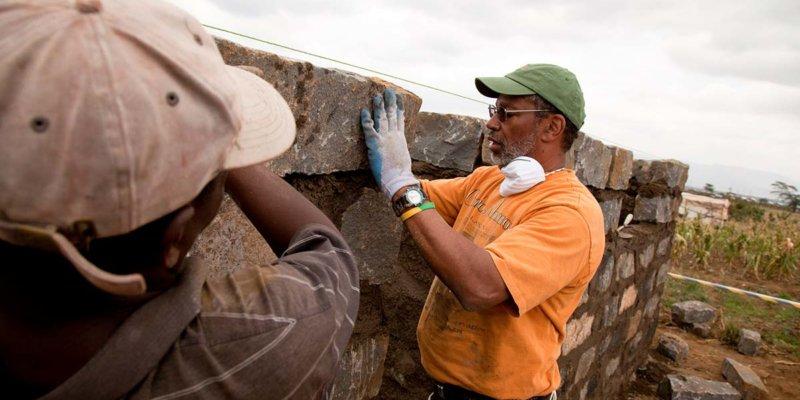volunteers and workers building homes in kenya
