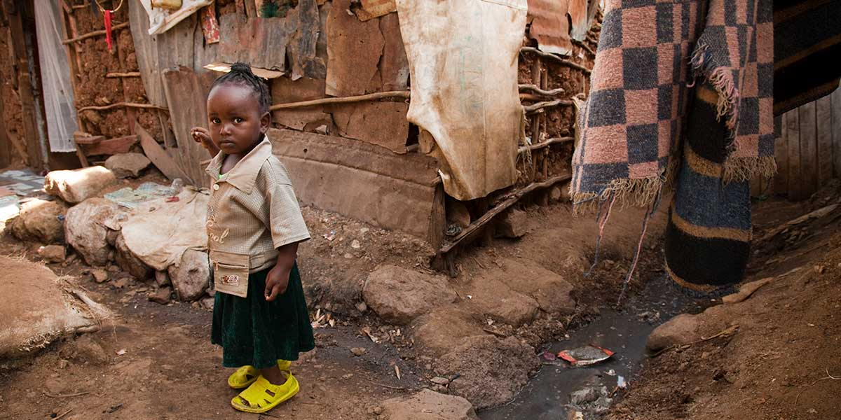 child living in a slum