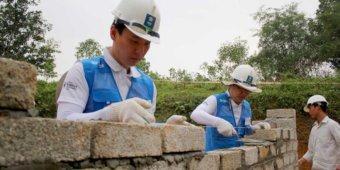 Vietnam typhoon men building wall