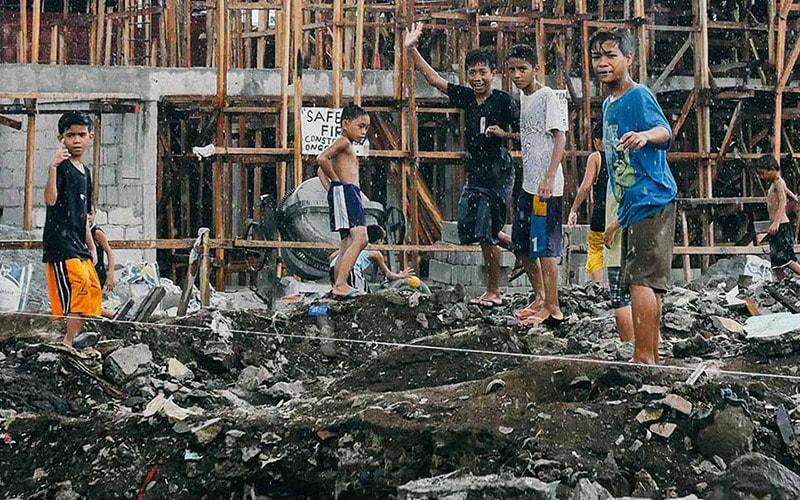 Children playing in Manila